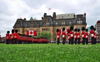 Власти Канады начали смягчать коронавирусные ограничения внутри страны и на границе